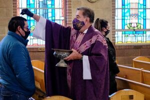 (Francisco Kjolseth  | The Salt Lake Tribune) The Rev. Roberto Montoro celebrates Mass on Ash Wednesday as the first day of Lent at Sacred Heart Church in Salt Lake City on Wednesday, Feb. 17, 2021. Instead of making a sign of the cross on people's foreheads, Montoro sprinkles ashes on top of congregants' heads due to the coronavirus pandemic.