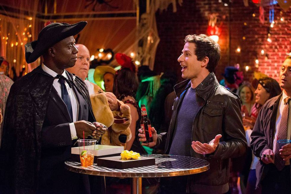 Eddy Chen | FOX Capt. Holt (Andre Braugher, L) and Det. Jake Peralta (Andy Samberg, R) discuss their Annual Halloween bet in the "|970|647|?|2932b657c577cbbb350fe92a380aab5d|False|UNLIKELY|0.3454650044441223
