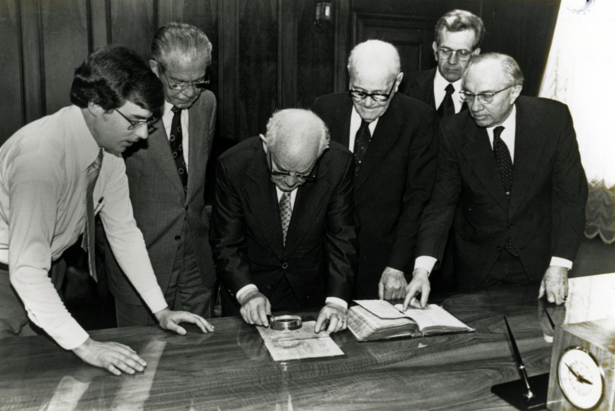 (Tribune file photo)  Mark W. Hofmann, left, and LDS Church leaders N. Eldon Tanner, Spencer W. Kimball, Marion G. Romney, Boyd K. Packer and Gordon B. Hinckley examine the Anthon transcript April 22, 1980.