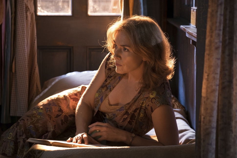 This image released by Amazon Studios shows Kate Winslet in a scene from Wonder Wheel. (Jessica Miglio/Amazon Studios via AP)