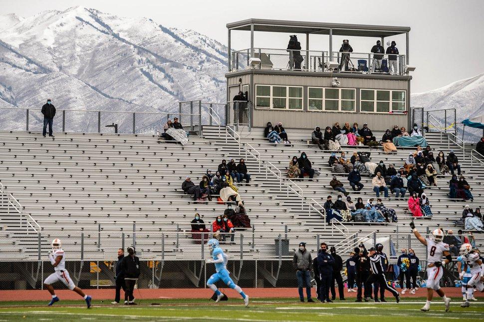 (Trent Nelson | The Salt Lake Tribune) Timpview's Raider Damuni berlari untuk touchdown melawan Salem Hills High School dalam pertandingan playoff sepak bola di Cedar Valley High School di Eagle Mountain pada hari Jumat, 13 November 2020.