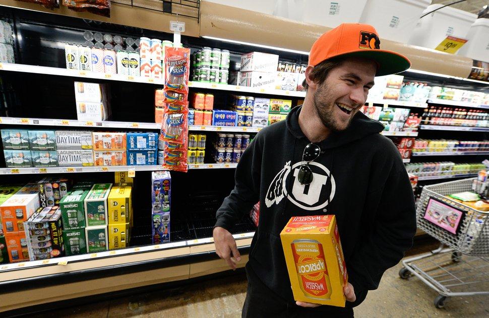 (Francisco Kjolseth | Salt Lake Tribune) Andy Shafer choisit un nouveau paquet de bière Wasatch alors qu'il se rend sur l'île de la bière au Smith's Marketplace à Bountiful, rempli de la nouvelle bière à 5% d'alcool en volume le vendredi 1er novembre 2019 , pour la première fois en 86 ans.