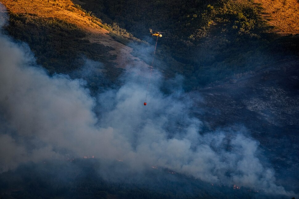 (Trent Nelson | The Salt Lake Tribune) Helicopters make drops on a fire burning in Parleys Canyon on Thursday, Aug. 6, 2020.