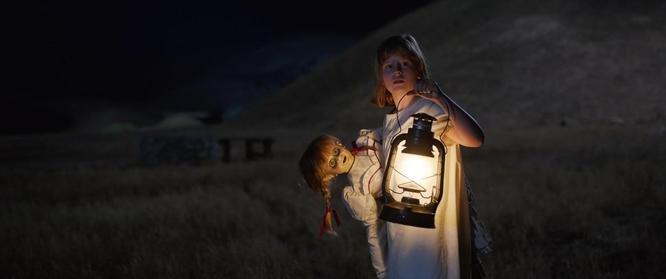 ( ! Warner Bros. Pictures) Linda (Lulu Wilson) tries to dispose of the demonic doll in