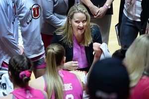 Scott Sommerdorf | The Salt Lake Tribune Utah Utes head coach Lynne Roberts talks with her team during a first-half timeout. Utah lost 69-58 to Oregon State, Friday, Jan. 26, 2018.