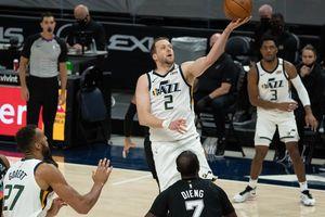 (Francisco Kjolseth | The Salt Lake Tribune) Utah Jazz guard Joe Ingles (2) sets up a basket in NBA action between the Utah Jazz and the San Antonio Spurs at Vivint Smart Home Arena, on Wednesday, May 5, 2021.