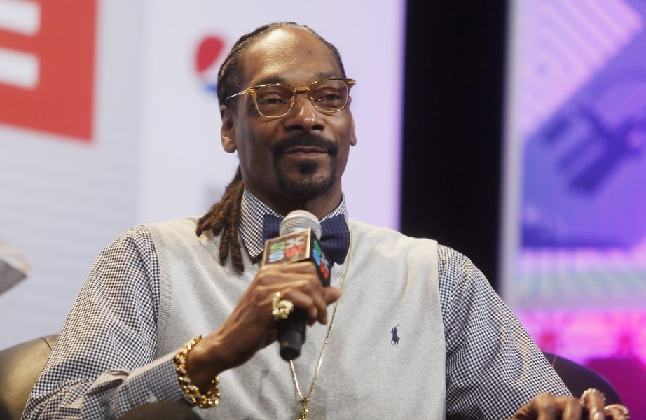 Snoop Dogg stands over Trump body on album cover - The Salt