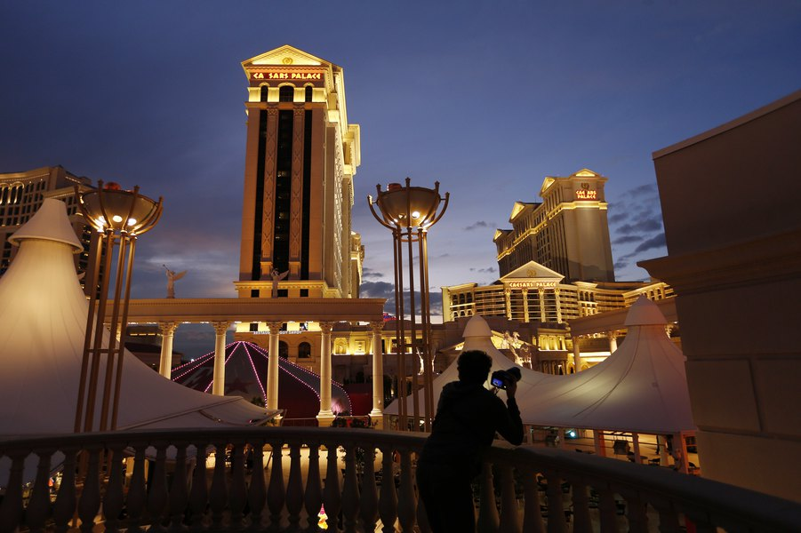 Carl Icahn discloses Caesars stake, plans to push for sale