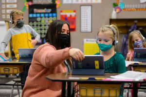 (Trent Nelson  |  The Salt Lake Tribune) Marci Weatherspoon works on a reading assignment with students in her first grade class at Crescent Elementary in Sandy on Thursday, Dec. 10, 2020.