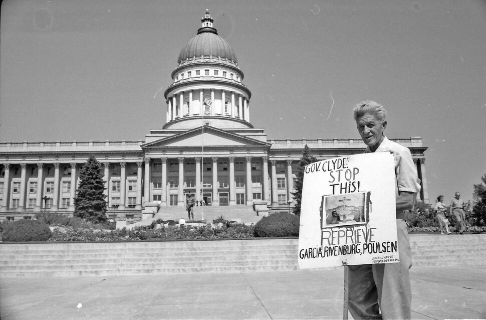 (photo courtesy Jerry Currier) Ammon Hennacy pickets on behalf of three death row inmates at the State Capitol in 1961.