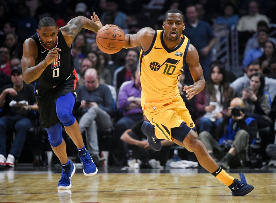 Utah Jazz guard Alec Burks, right, steals the ball off a pass to Los Angeles Clippers guard Sindarius Thornwell during the first half of an NBA basketball game in Los Angeles, Thursday, Nov. 30, 2017. (AP Photo/Kelvin Kuo)