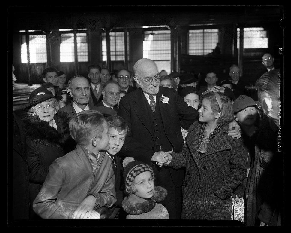 (Foto milik Utah State Historical Society / Tribune koleksi negatif) Presiden Heber J. Grant dari Gereja Yesus Kristus dari Orang-Orang Suci Zaman Akhir disambut oleh kerumunan di stasiun kereta api di Salt Lake City tahun 1936.