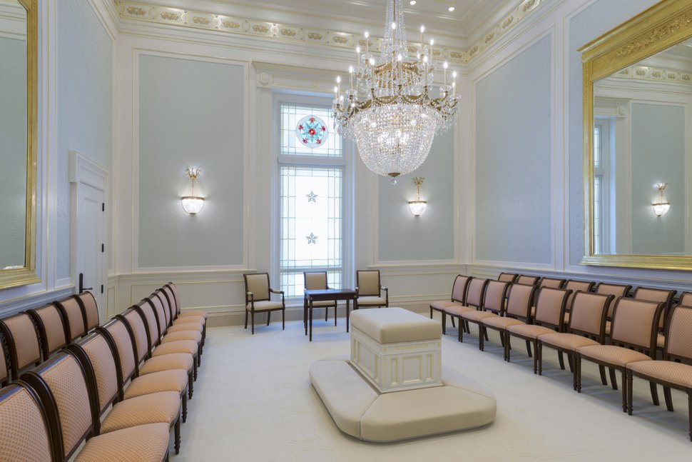 (Photo courtesy of The Church of Jesus Christ of Latter-day Saints) Sealing room in the Cedar City, Utah, temple.