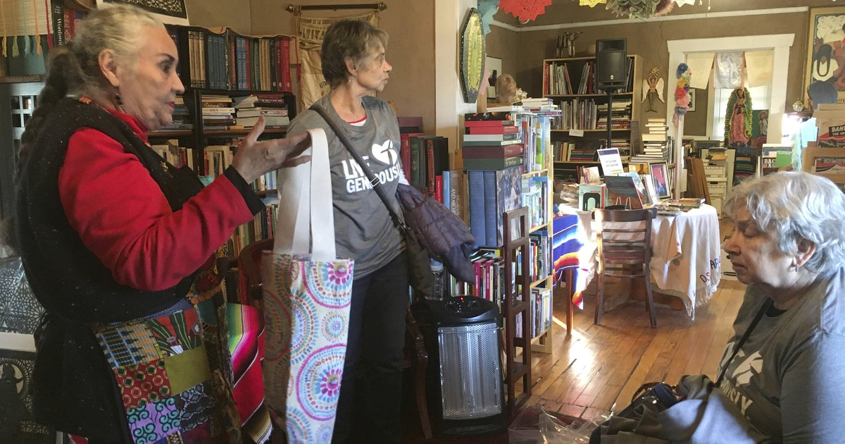 Latina author delivers books to migrants in New Mexico 1