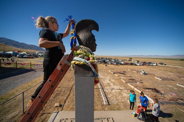 (Trent Nelson | The Salt Lake Tribune) Descendants of the Hawaiians who settled the desert town of Iosepa took time during their Memorial Day gathering to clean the graves of their ancestors, Saturday May 26, 2018. Lina AhQuin puts a lei onto a historical monument.